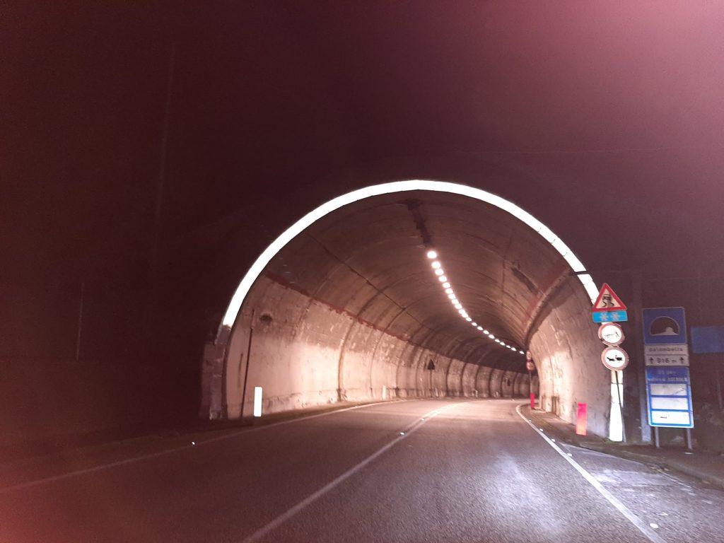 Galleria del Traforo illuminata dopo l'incidente